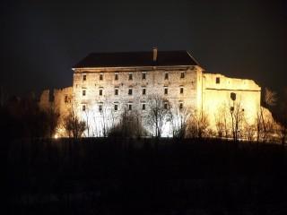 Hrad Pecka v noci